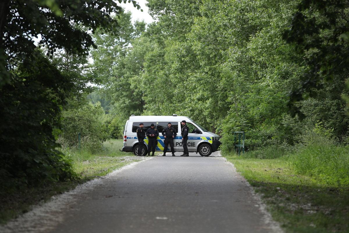 Policisté u místa, kde našli mrtvého chlapce.