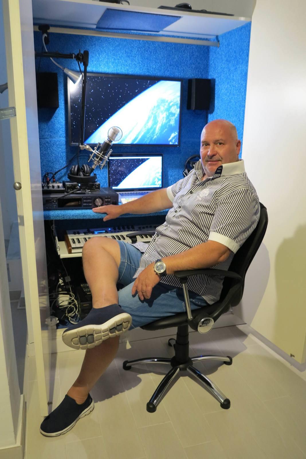Nahrávací studio si Michal vybudoval ve skříni ve sklepě.