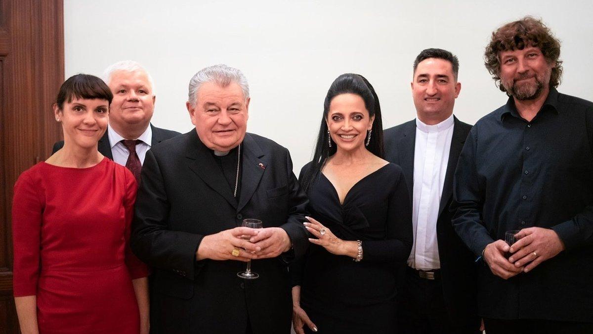 Polská velvyslankyně v Praze Barbara Ćwiorová. Na fotografii mimo jiné s kardinálem Dominikem Dukou a zpěvačkou Lucií Bílou