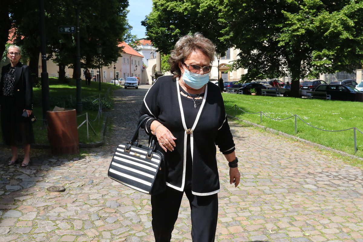 Jiřina Bohdalová přichází na zádušní mši pro Evu Pilarovou