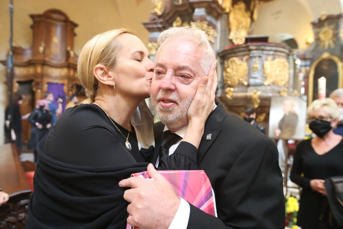 Každý chtěl Janu Kolomazníkovi vyjádřit svou soustrast - kondolující Monika Absolonová se emocím nebránila