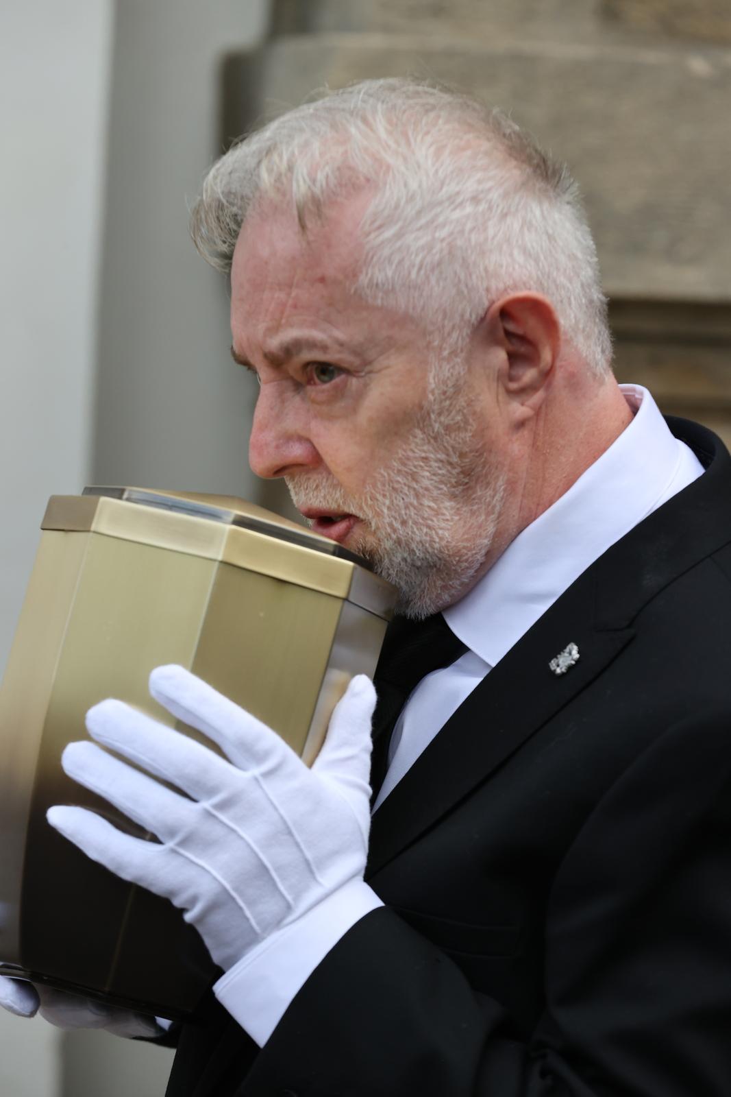Jan Kolomazník si odvezl ostatky Evy Pilarové v urně s sebou