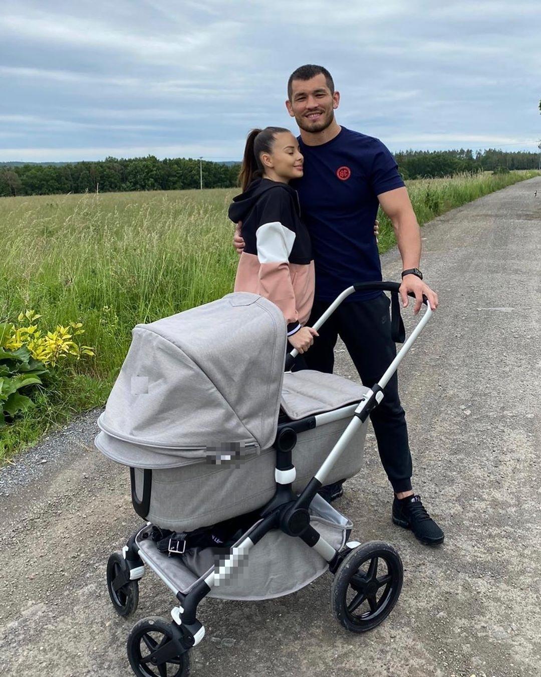 Monika Bagárová s partnerem Makhmudem Muradovem a kočárkem na procházce