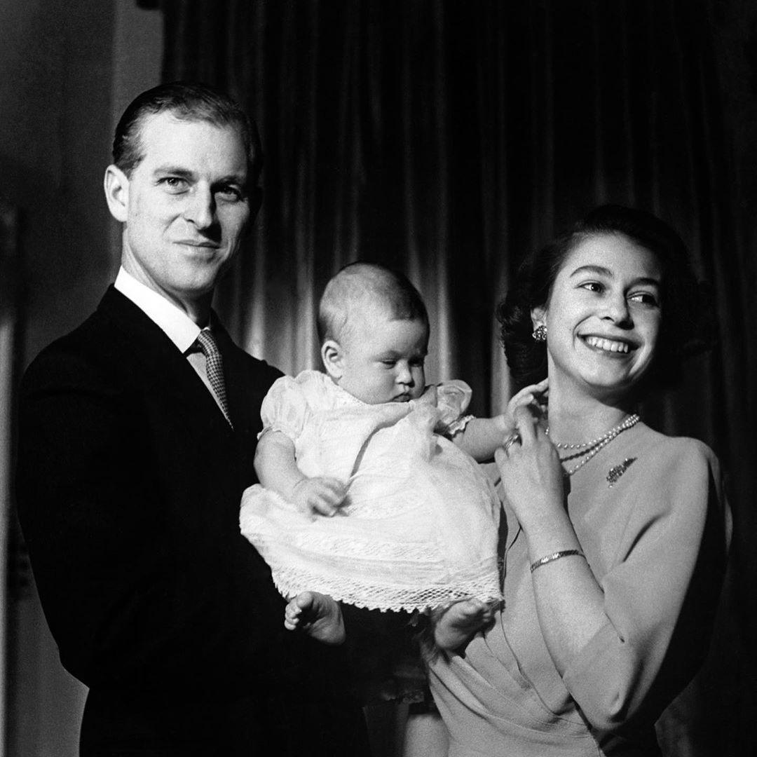 Princ Philip s královnou Alžbětou a malým Charlesem