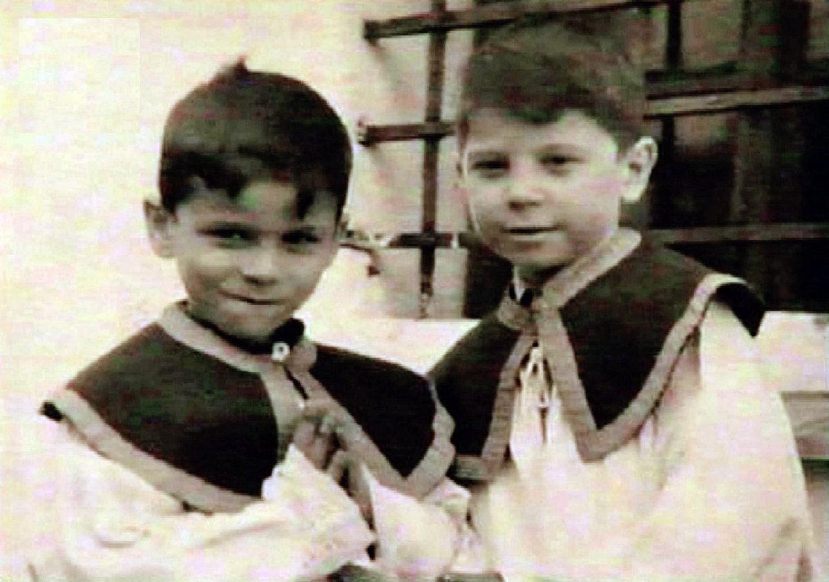 Martin Štěpánek (vpravo) s bratrem dělal v Horní Vltavici ministranta. Ministroval například při církevním sňatku Vladimíra Ráže a Aleny Vránové.