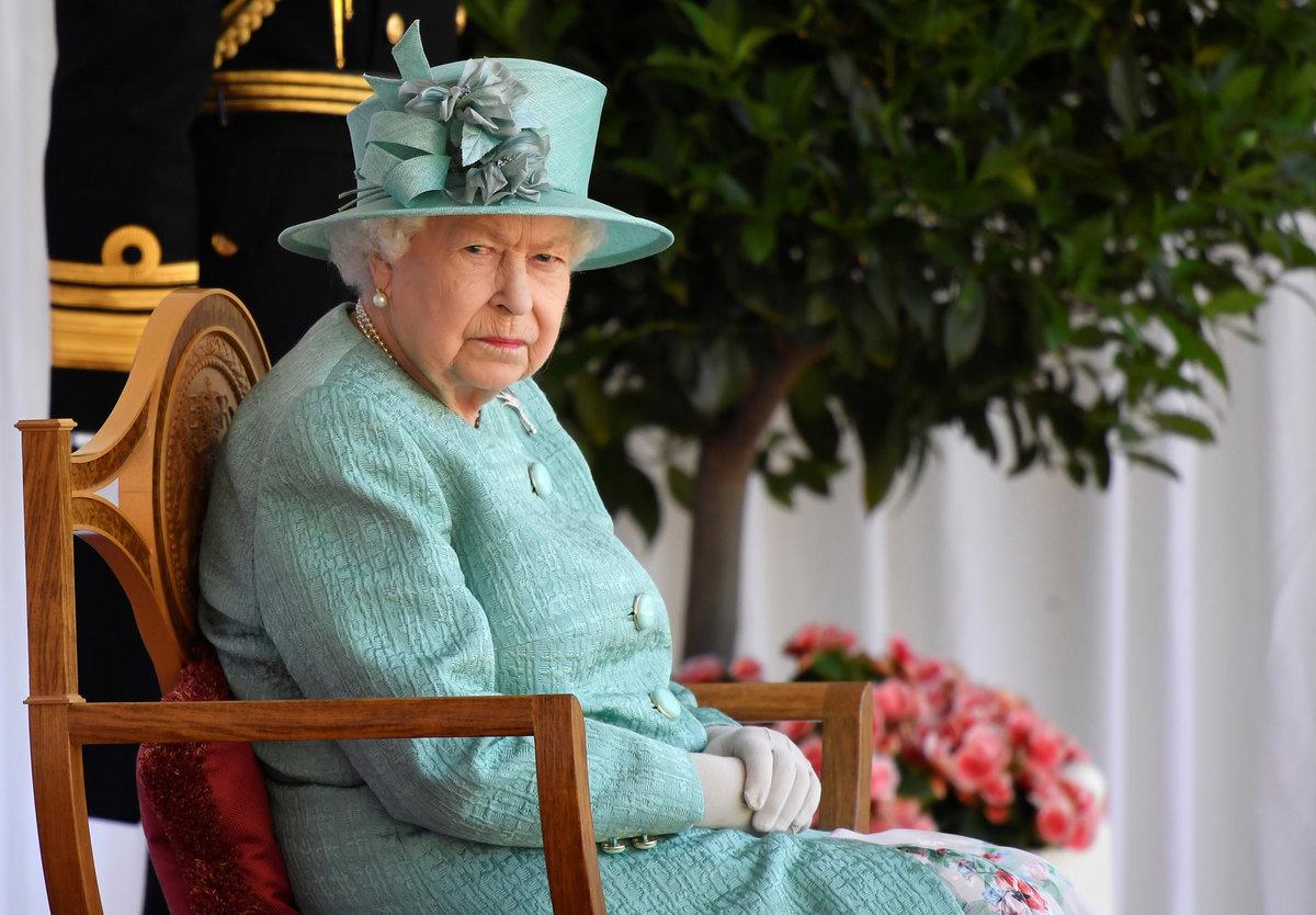 Královna Alžběta II. na slavnostní ceremonii k 94. narozeninám zářila v tyrkysovém kostýmku.