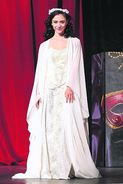 Eva coby Roxana obléká velkolepou róbu.