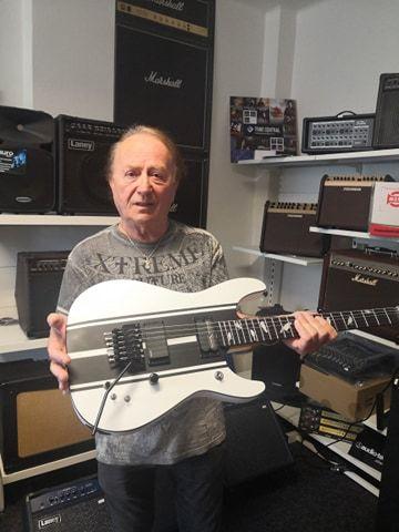 Petr Janda si pořídil novou kytaru za několik desítek tisíc.