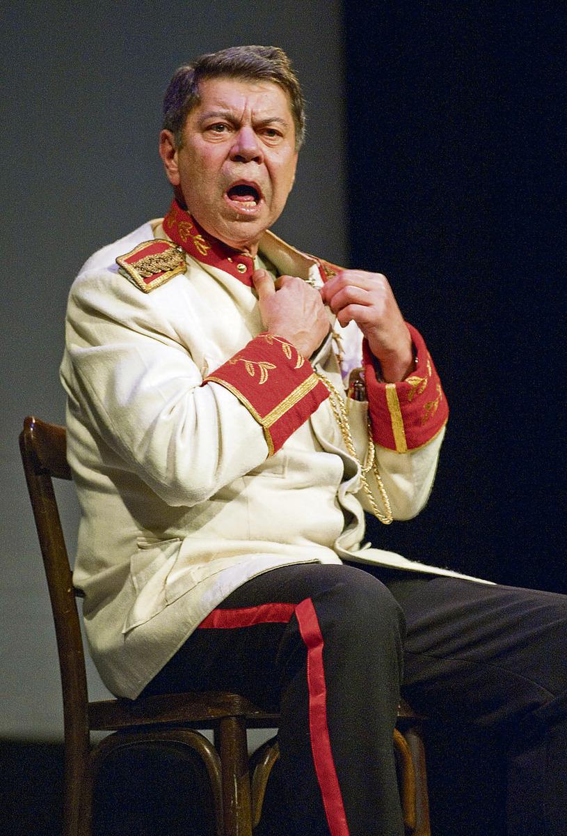 Martin Štěpánek (†63) na jevišti Hálkova divadla v Nymburce jako Maršál v Bílé nemoci. Hru nastudoval sedmdesát let po svém otci a byl stejně dobrý jako kdysi on.