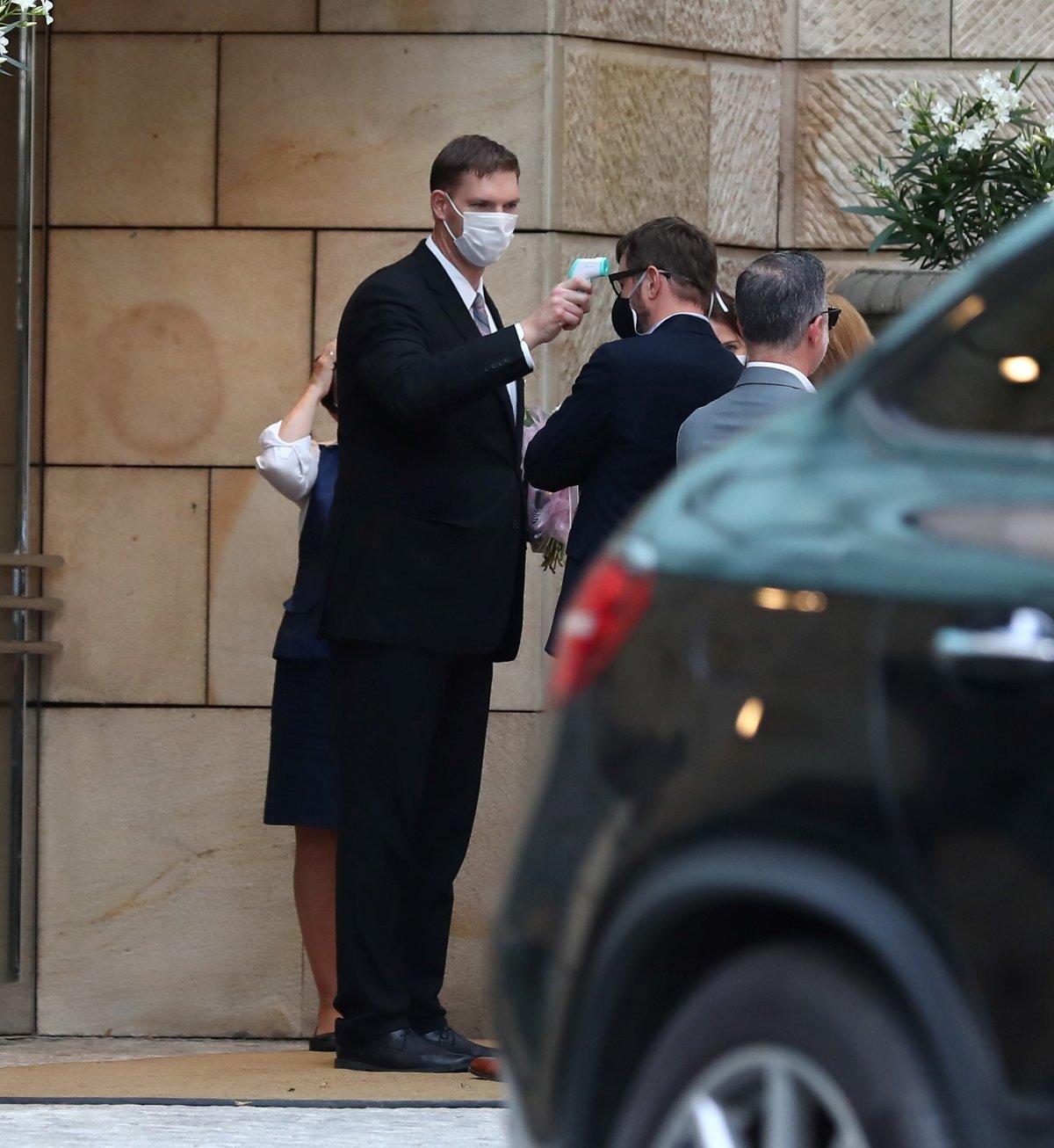 Před hotelem se účastníkům měřila teplota