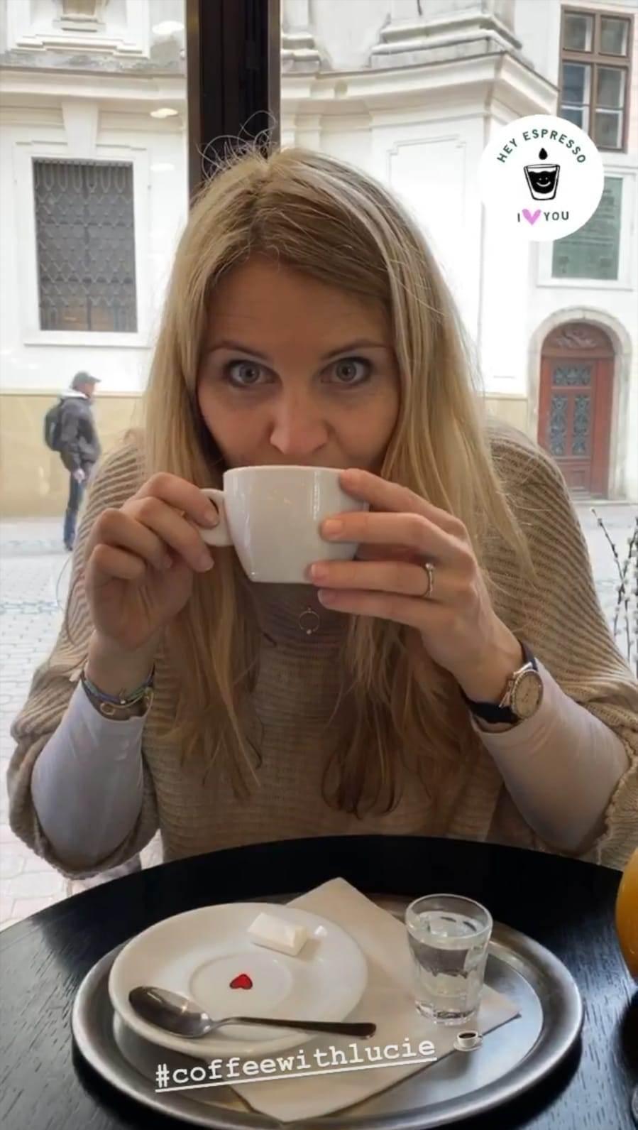 Lucie Šafářová při pití kávy odhalila ten krásný kroužek na své levačce