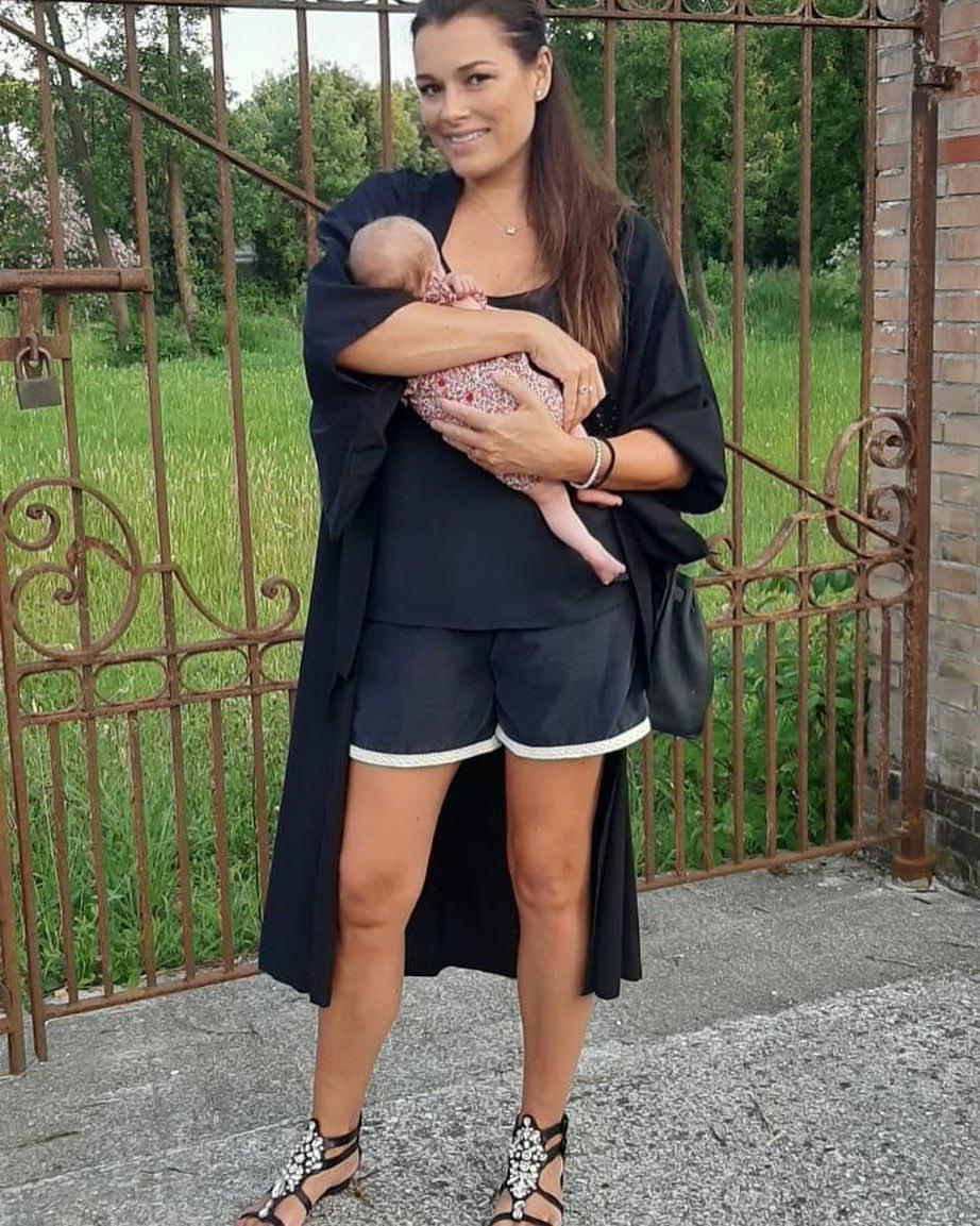 Alena Šeredová s dcerkou na dovolené