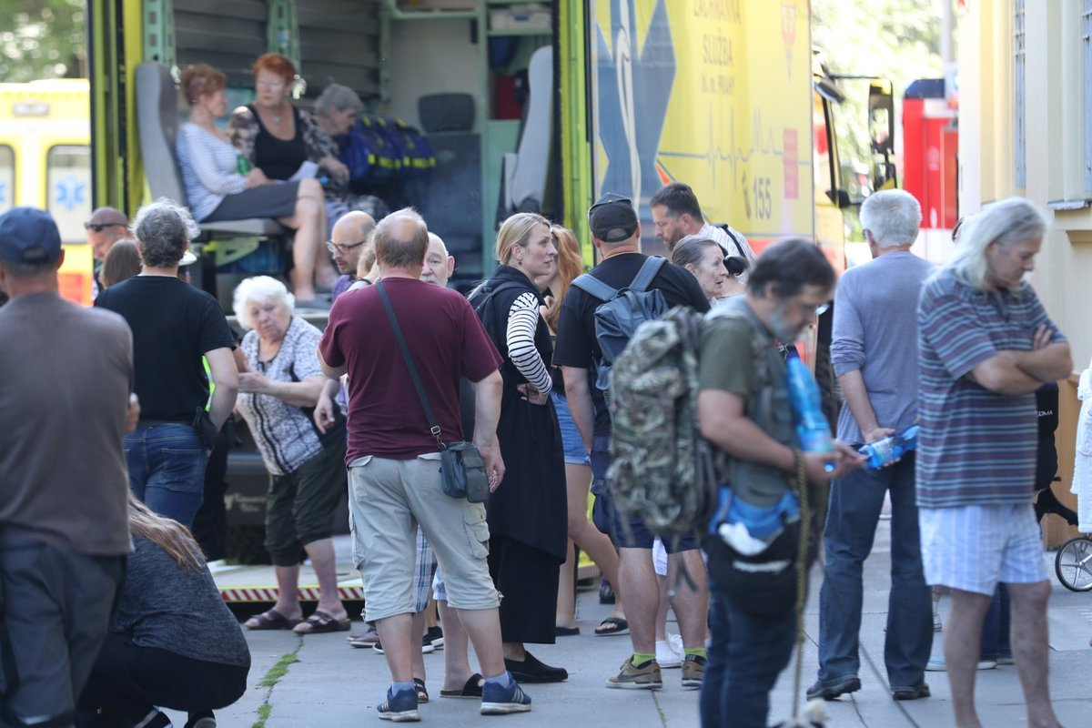 Herečka Anna Polívková se svou maminkou, herečkou Evelynou Steimarovou po výbuchu v domě ve Strojnické ulici. 1. července 2020