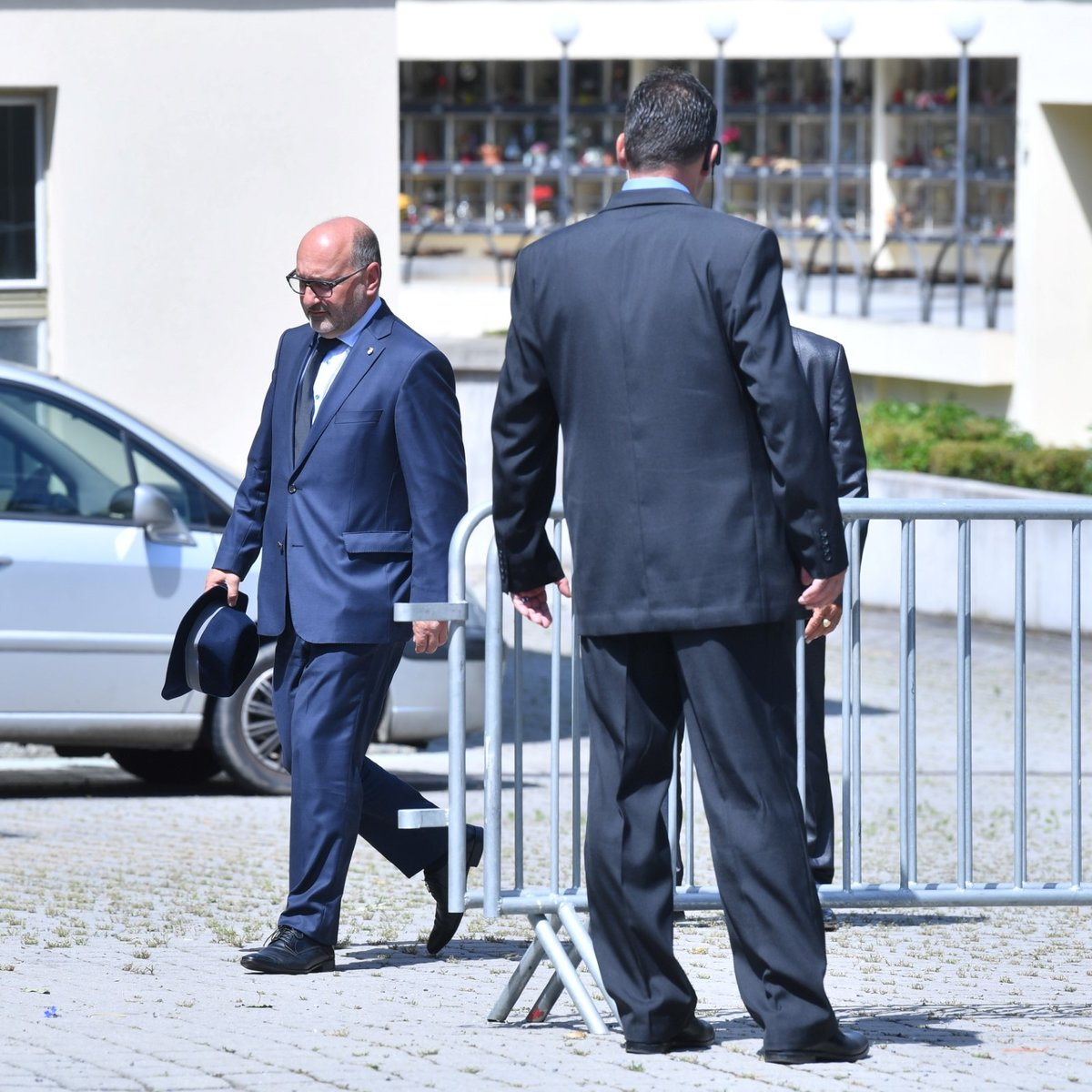 Majitel plzeňské Viktorie Tomáš Paclík s kloboukem v ruce míří na pohřeb Mariána Čišovského