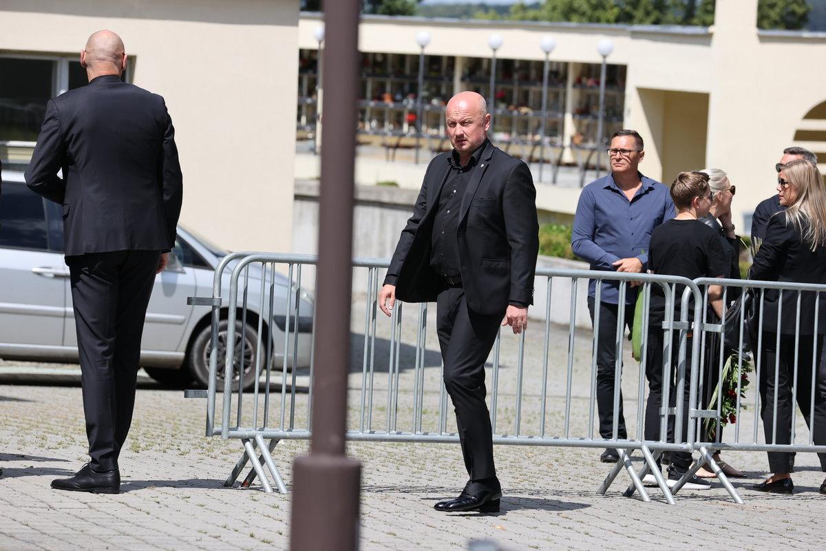 Generální manažer Plzně Adolf Šádek přichází na smuteční obřad, kde se naposledy rozloučí s Mariánem Čišovským