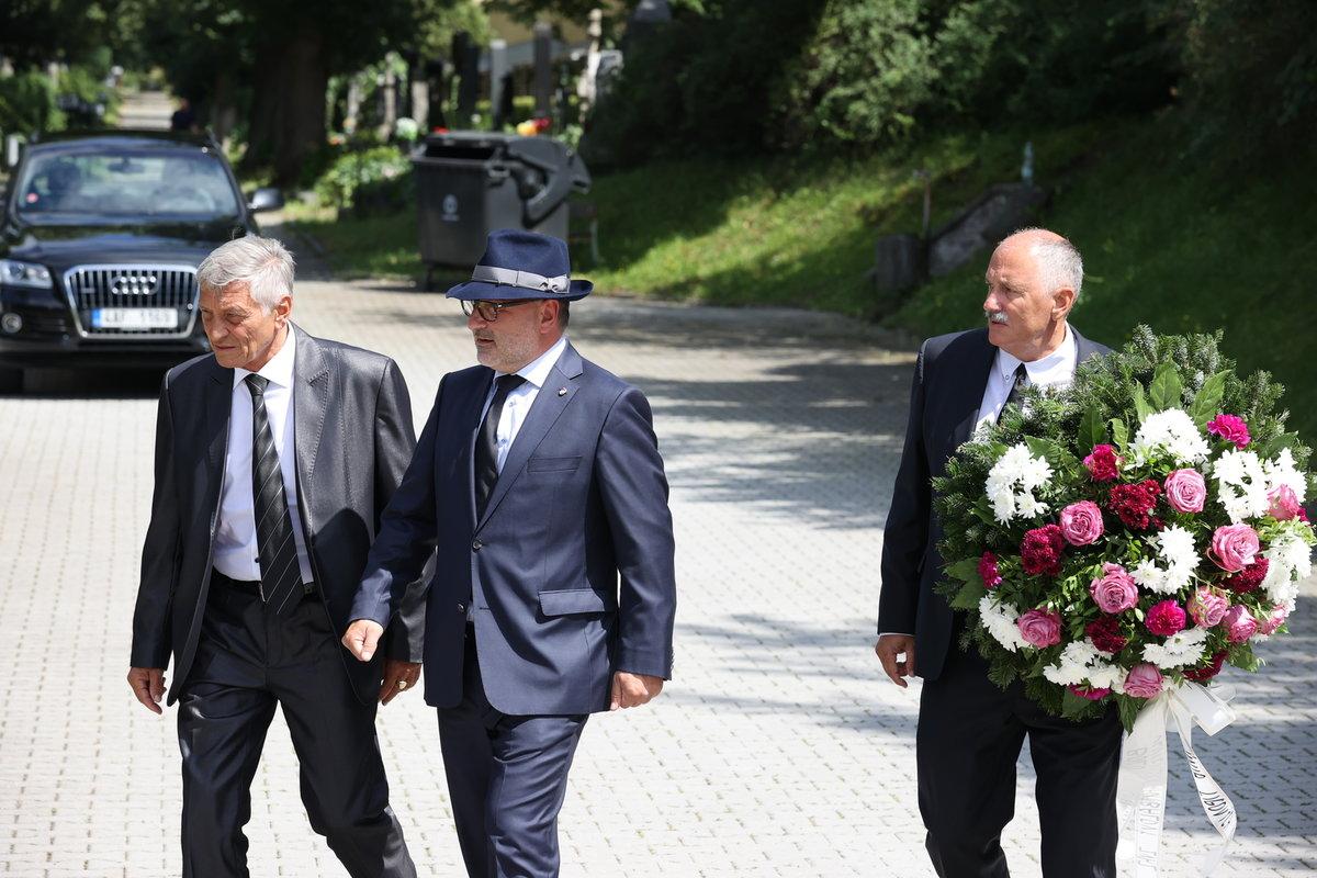 Šéf plzeňské Viktorky Tomáš Paclík se přichází rozloučit se zesnulým fotbalistou Mariánem Čišovským