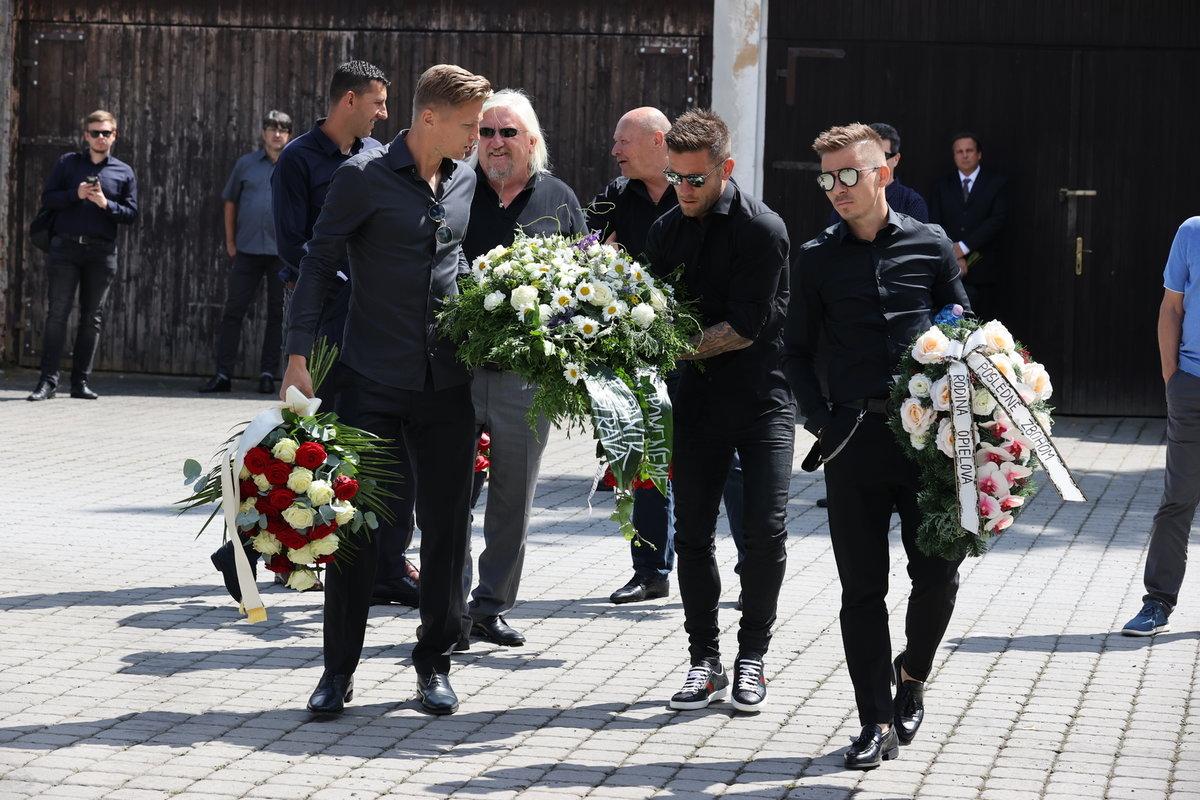 Za Baník přinesli smuteční věnec někdejší spoluhráči Mariána Čišovského Václav Procházka s Martinem Fillem