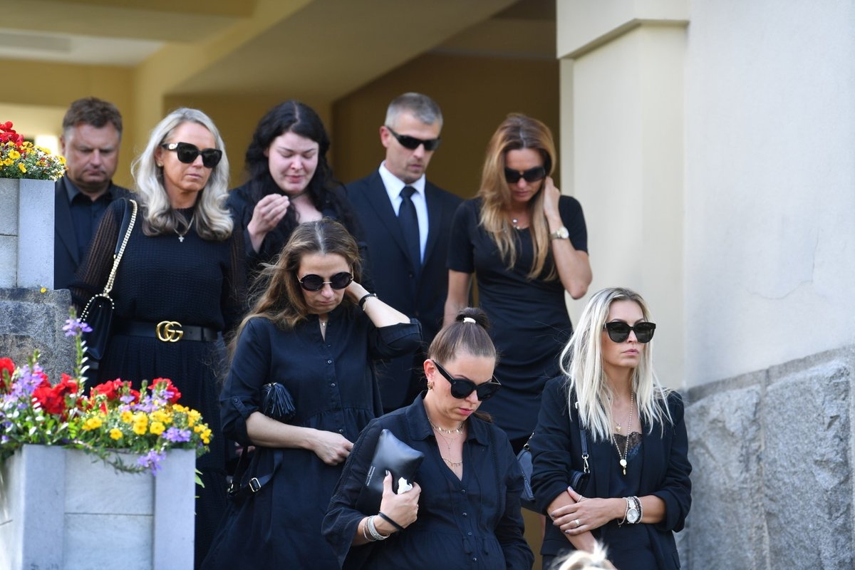 Ubrečení smuteční hosté po pohřbu Mariána Čišovského