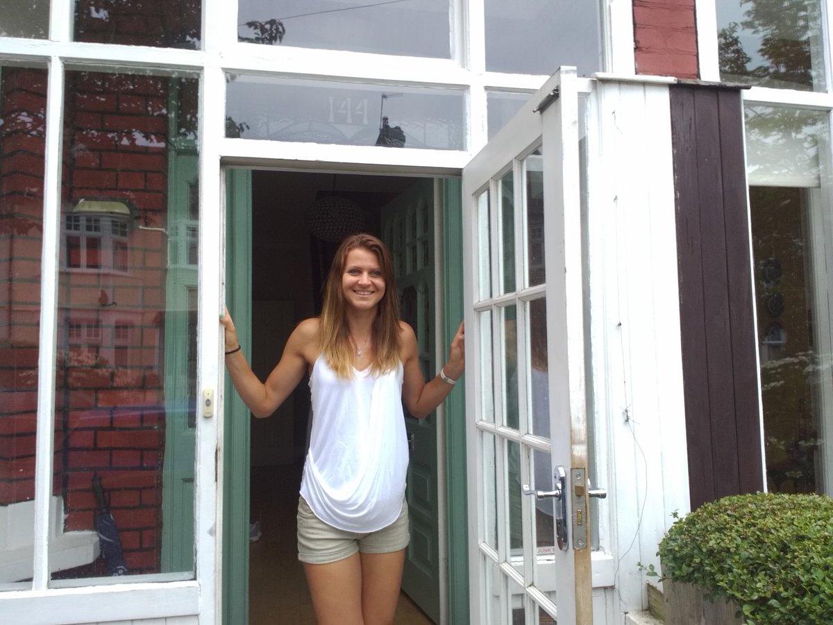 Vítejte! Lucie Šafářová ve dveřích svého wimbledonského útočitě