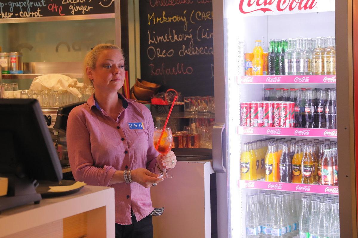 Dominika Gottová při práci v baru