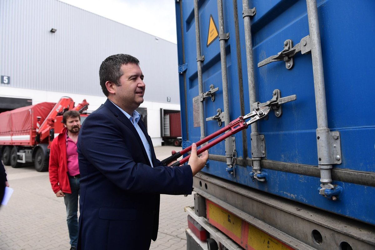 Ministerstvo vnitra do Karviné zaslalo zásobu zdravotnických pomůcek proti koronaviru. (9.7.2020)