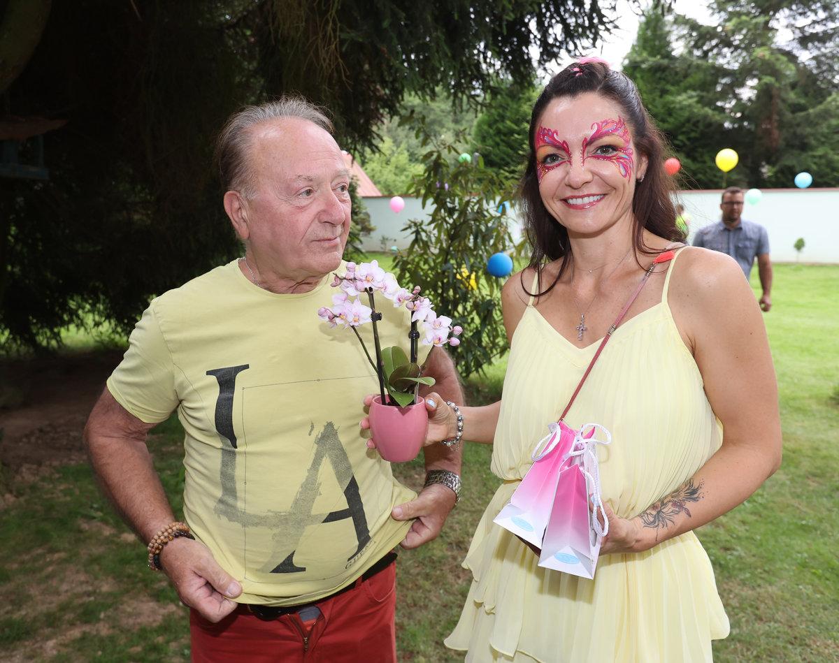Petr Janda oslavil narozeniny v duhovém stylu.