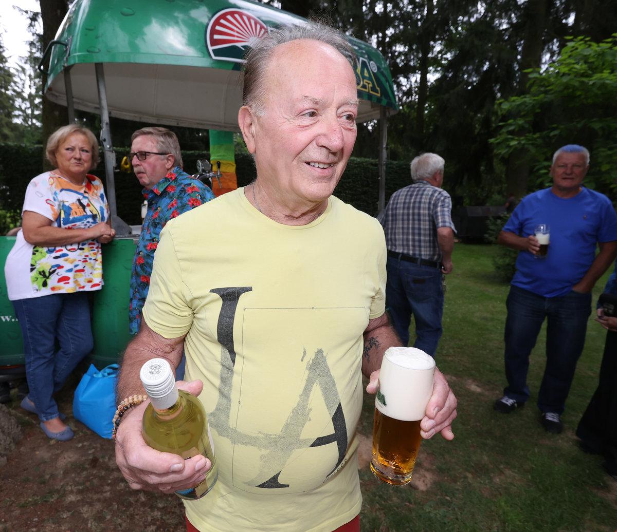 Petr Janda oslavil narozeniny v duhovém stylu a s pivem i vínem v ruce.