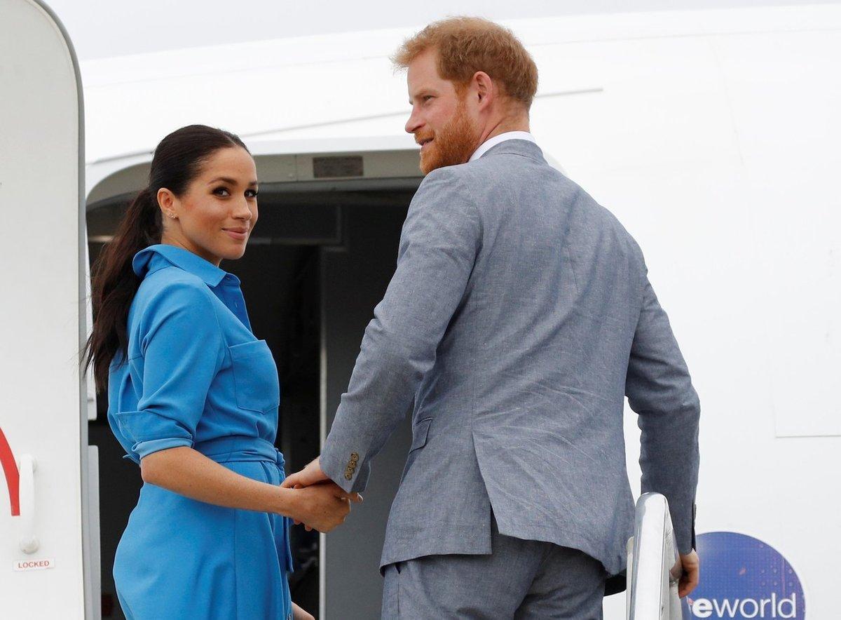 Meghan Markleová a princ Harry nastupují do soukromého letadla