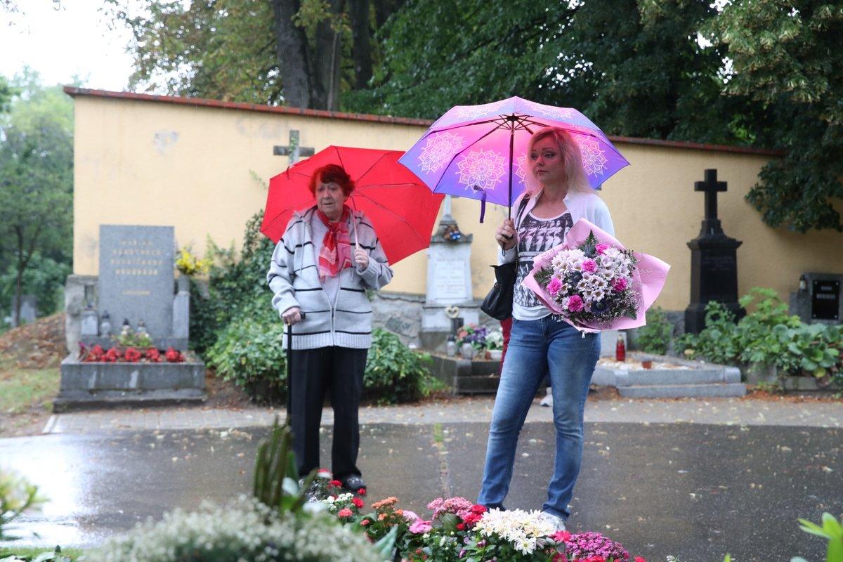 Dominika Gottová s maminkou u hrobu Karla Gotta