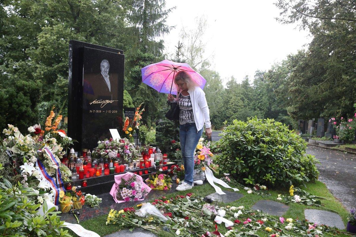 Dominika Gottová s maminkou Antonií u hrobu Karla Gotta