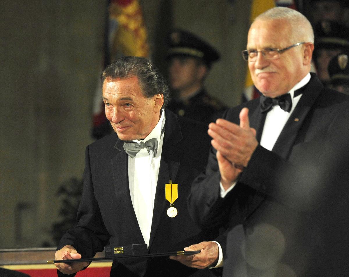 2009 - Karel Gott dostal vyznamenání od Václava Klause
