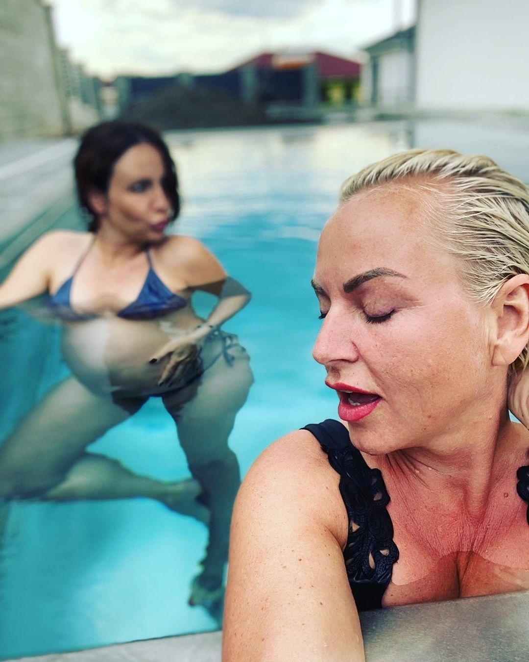 Martina Pártlová s Veronikou Arichtevou blbly u bazénu a pořídily hodně vtipné fotky