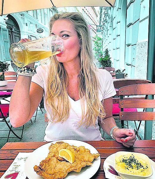 Pivo a řízek přes celý talíř. Lucka se na dovolené odvázala.
