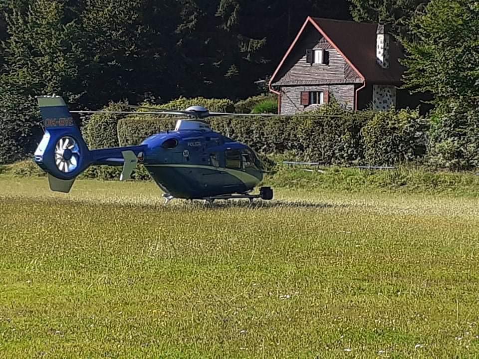 Pátral i vrtulník s termovizí.