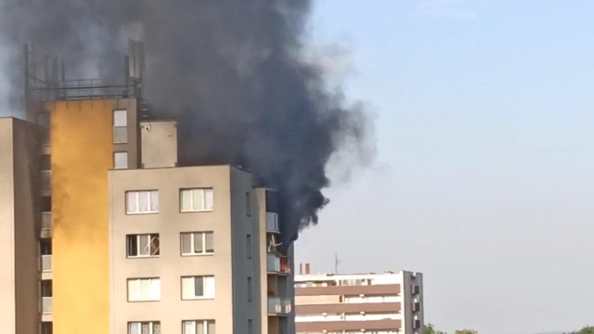 Požár v Bohumíně: Video zachytilo obyvatele domu, jak vysazují okna