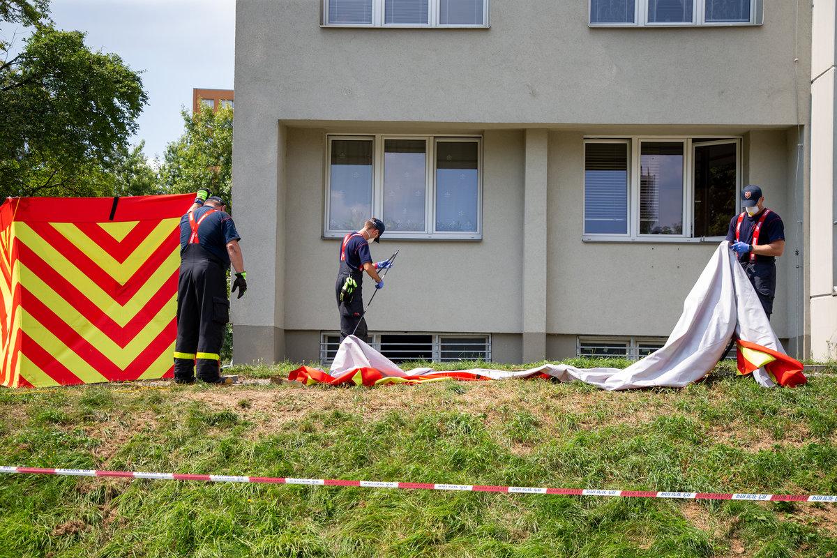Hasiči včera odpoledne uklízeli zástěny z míst, kam předchozí den dopadli lidé.