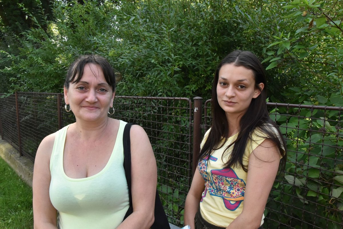 Očitá svědkyně Kateřina Mirgová (vpravo) s maminkou.