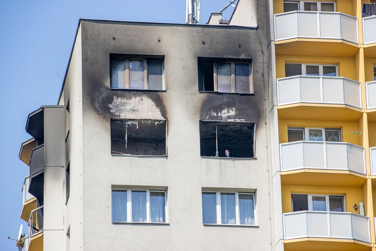 Z těchto oken zoufalí lidé skákali. Z balkonu na levé straně se podle svědků někteří lidé pokoušeli přelézt na sousední a sousední balkon.
