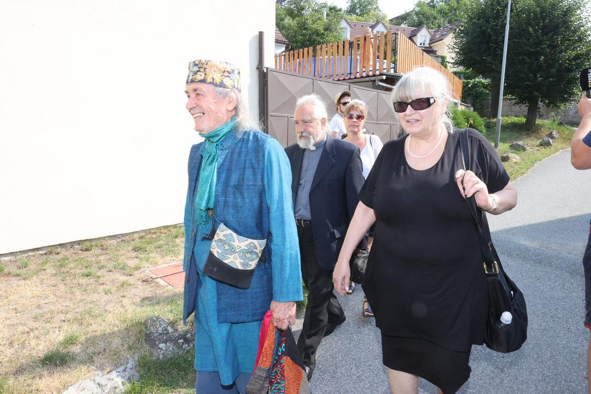 Rozloučení s Hanou Krampolovou. Vdovec Jiří uspořádal místo pohřbu přátelské setkání.