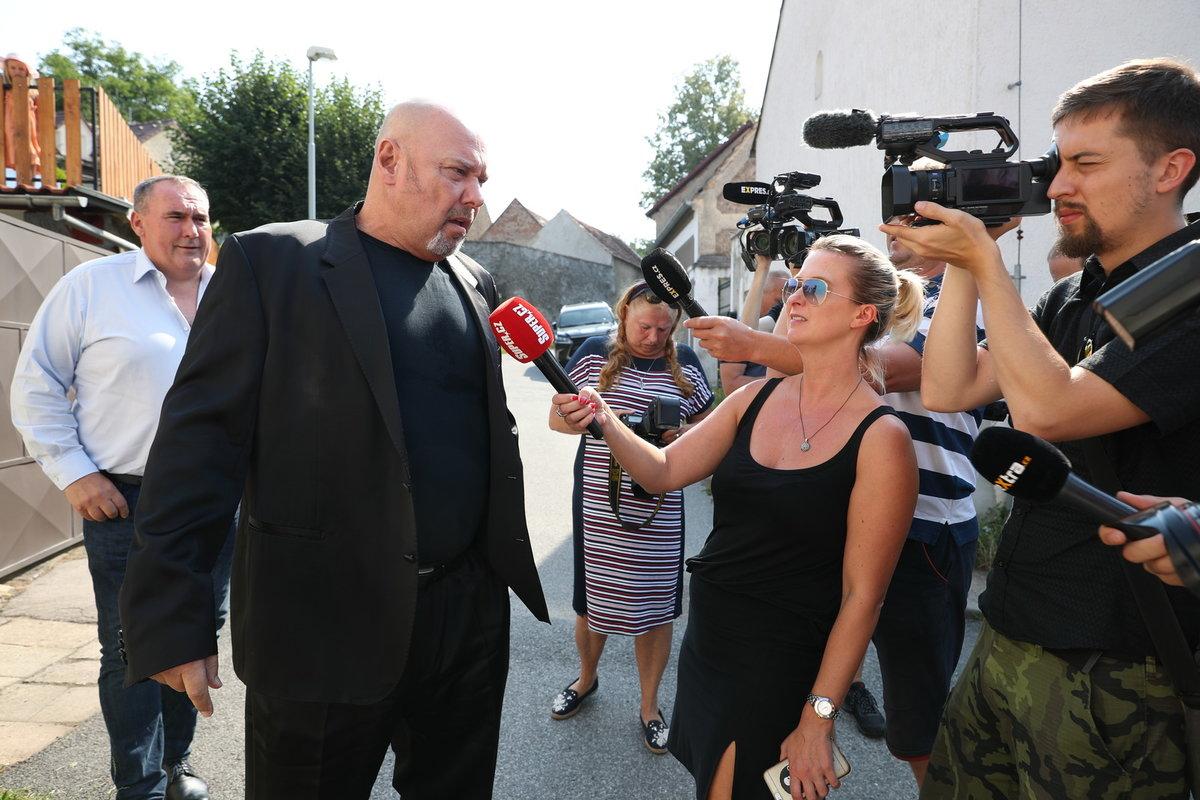 Producent Pavel Pásek na posledním rozloučení s Hanou Krampolovou.