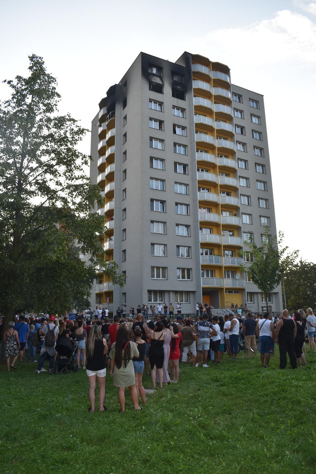 Pieta za oběti žháře Zdeňka K. Ten kvůli rodinným sporům podpálil byt, kde zahynulo 11 lidí.