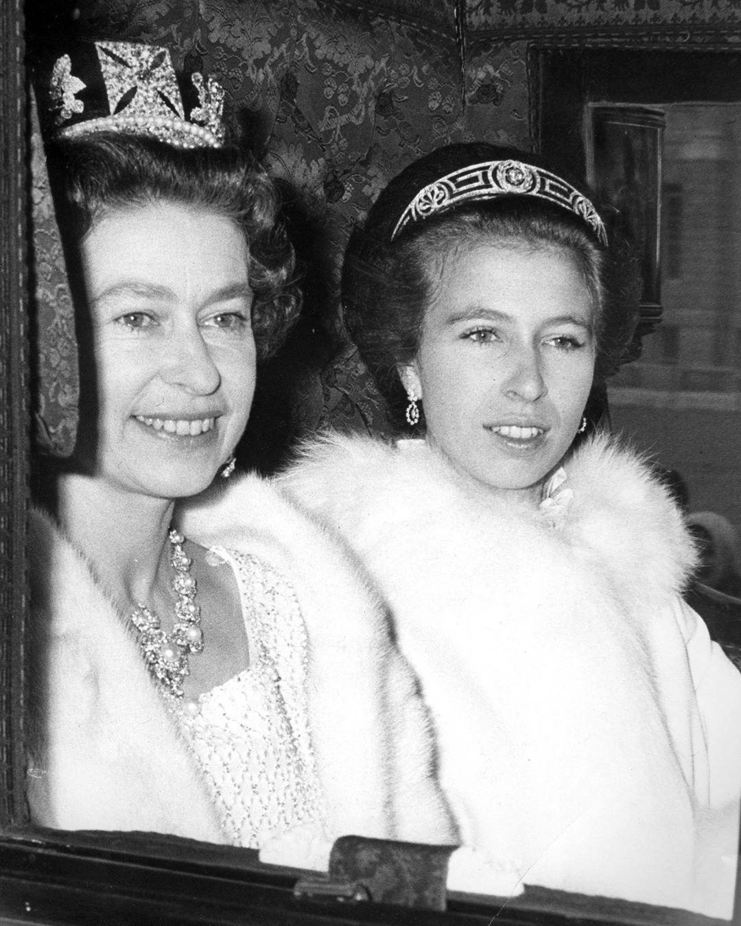 Královna Alžběta II. s dcerou Annou během oficialit
