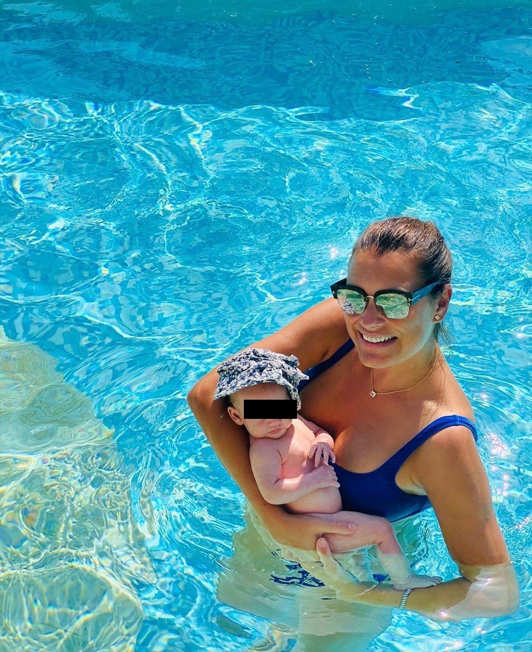 Alena Šeredová s malou Vivienne Charlotte v bazénu