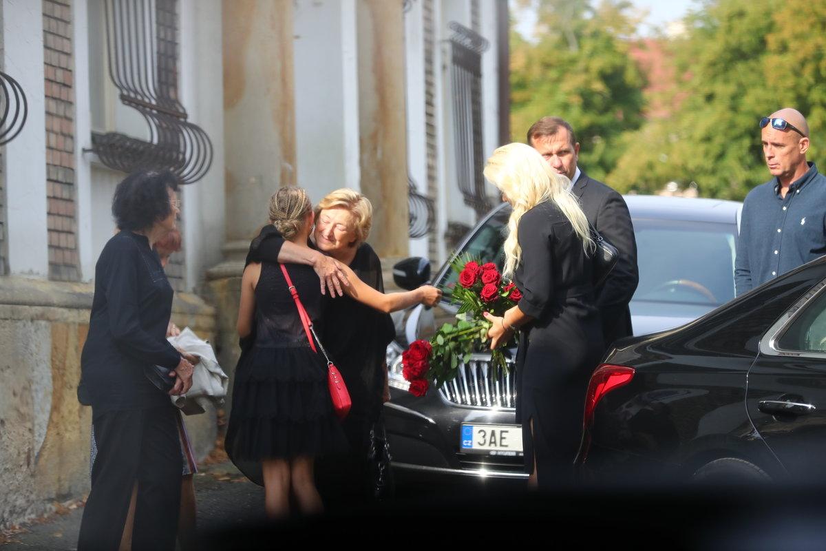 Tereza Mátlová dorazila na pohřeb otce s Jaromírem Soukupem.