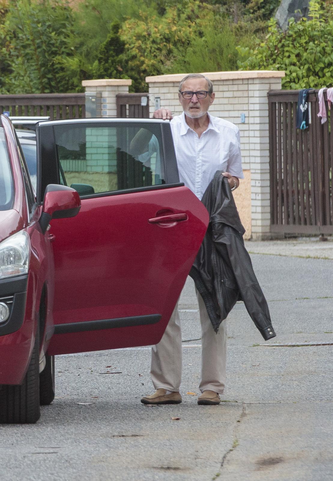 Ladislav Frej po smrti partnerky Gábiny před svým domem v pražských Hostivicích.