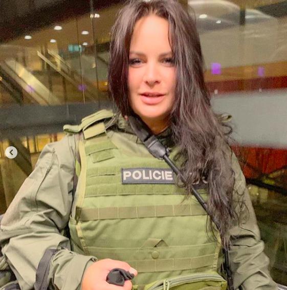 Jitka Čvančarová jako člen zásahovky v neprůstřelné vestě a se samopalem