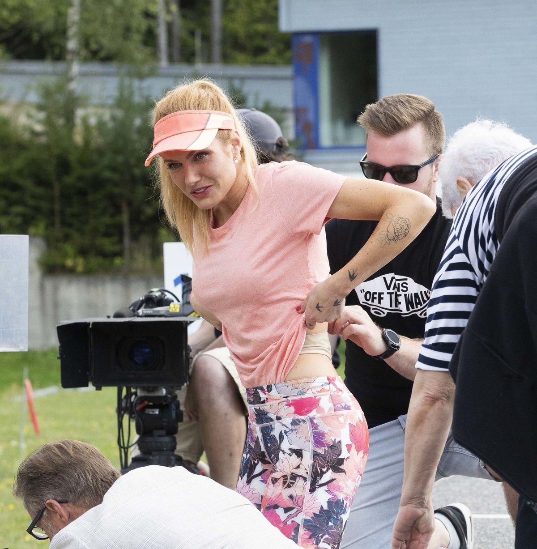 Gabriela Koukalová si na natáčení seriálu vyhrnula tričko