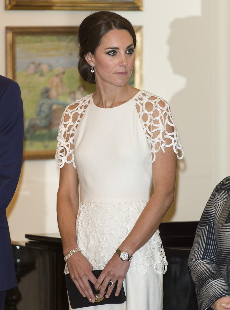 Set náušnic a náramku bylo gestem přivítání do královské rodiny od prince Charlese.
