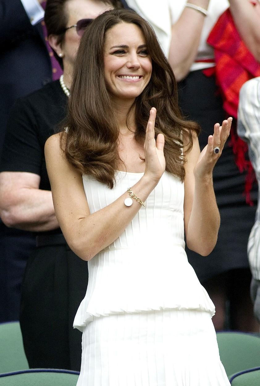 Zlatý náramek dostala Kate od vévodkyně z Cornwallu jako svatební dar.