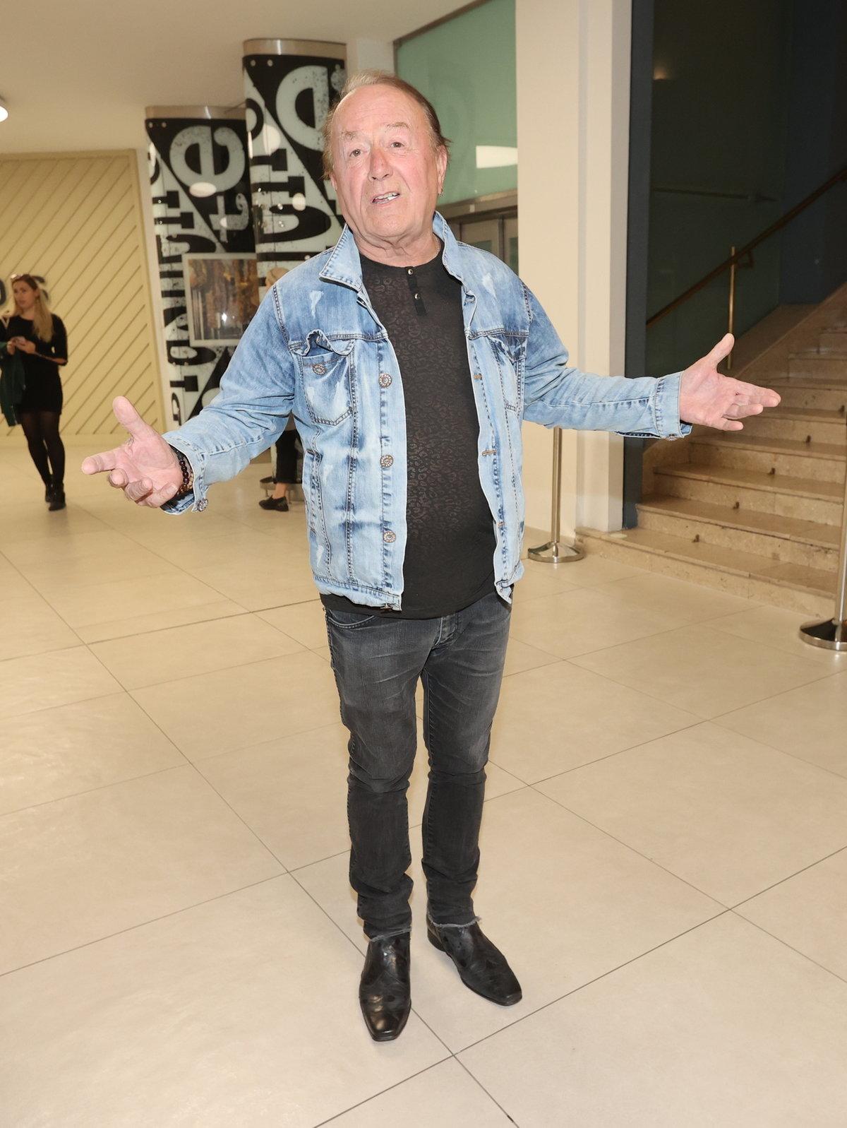 Rocker Petr Janda odchází z kina v dobré náladě.